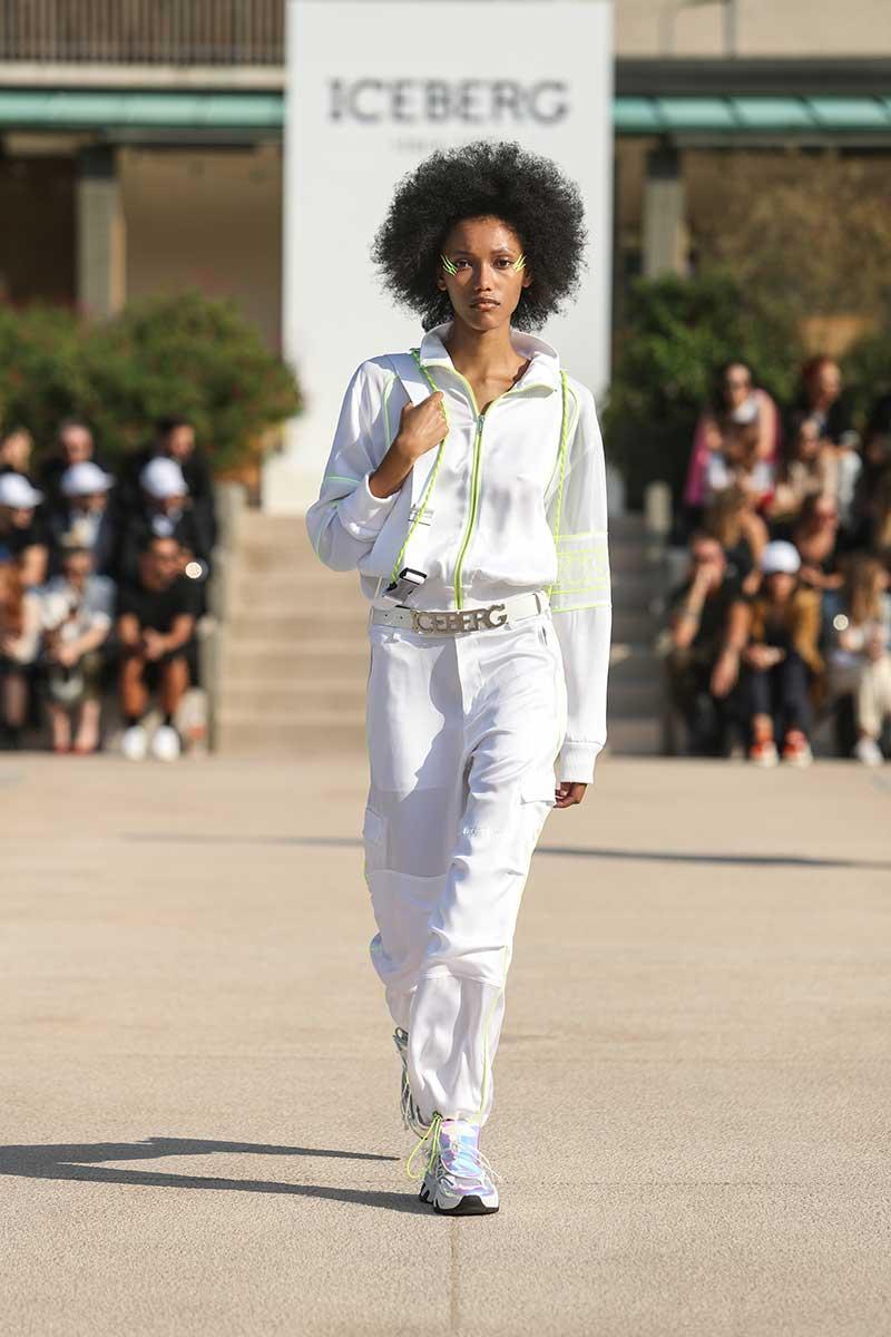 La moda per l'estate 2020, total white: sportivo, romantico, elegante. Scegliete il vostro stile. Sfilata Iceberg