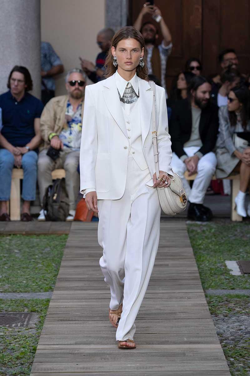 La moda per l'estate 2020, total white: sportivo, romantico, elegante. Scegliete il vostro stile. Sfilata Etro