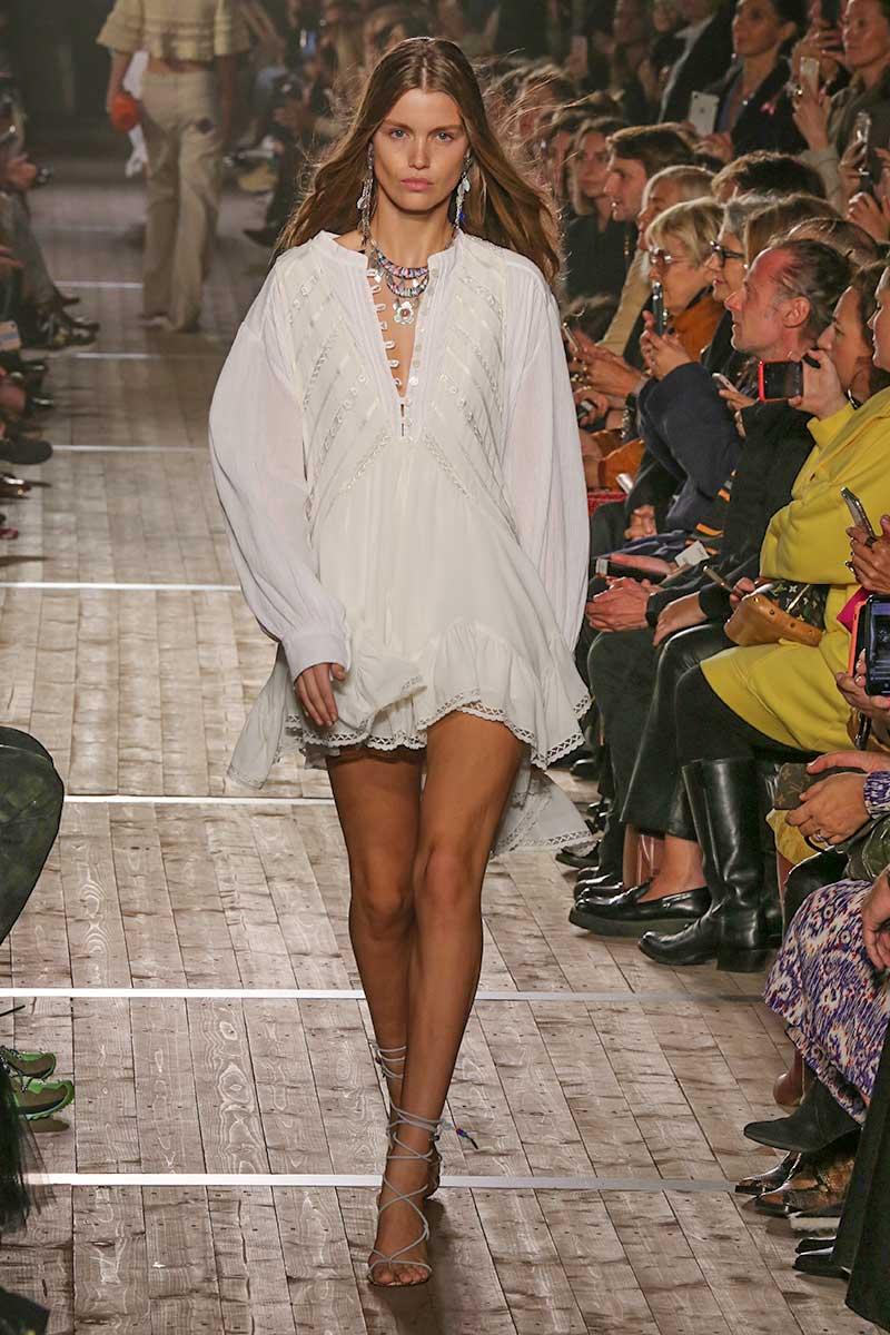La moda per l'estate 2020, total white: sportivo, romantico, elegante. Scegliete il vostro stile. Sfilata Isabel Marant Foto Mauro Pilotto