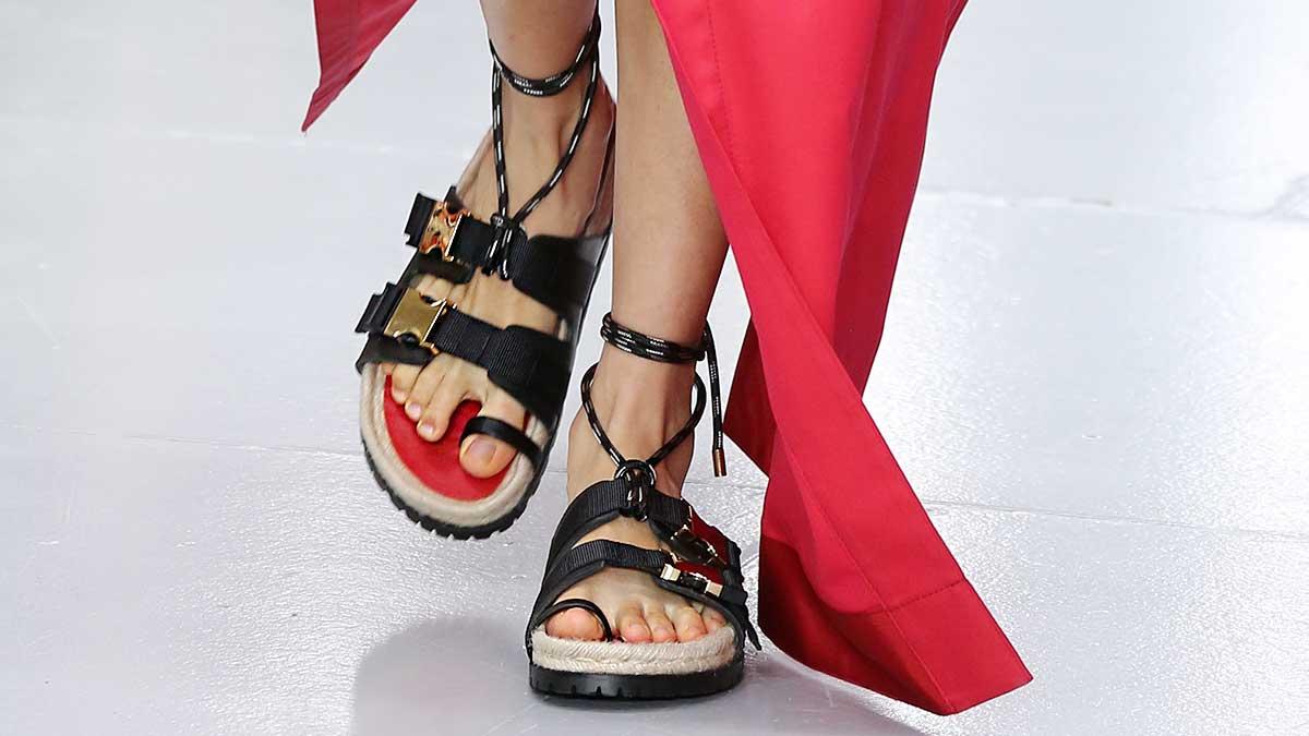 Tendenze scarpe estate 2020. I sandali sono soprattutto 'brutti'! Ecco come li indosseremo - Sfilata Sacai Foto Mauro Pilotto