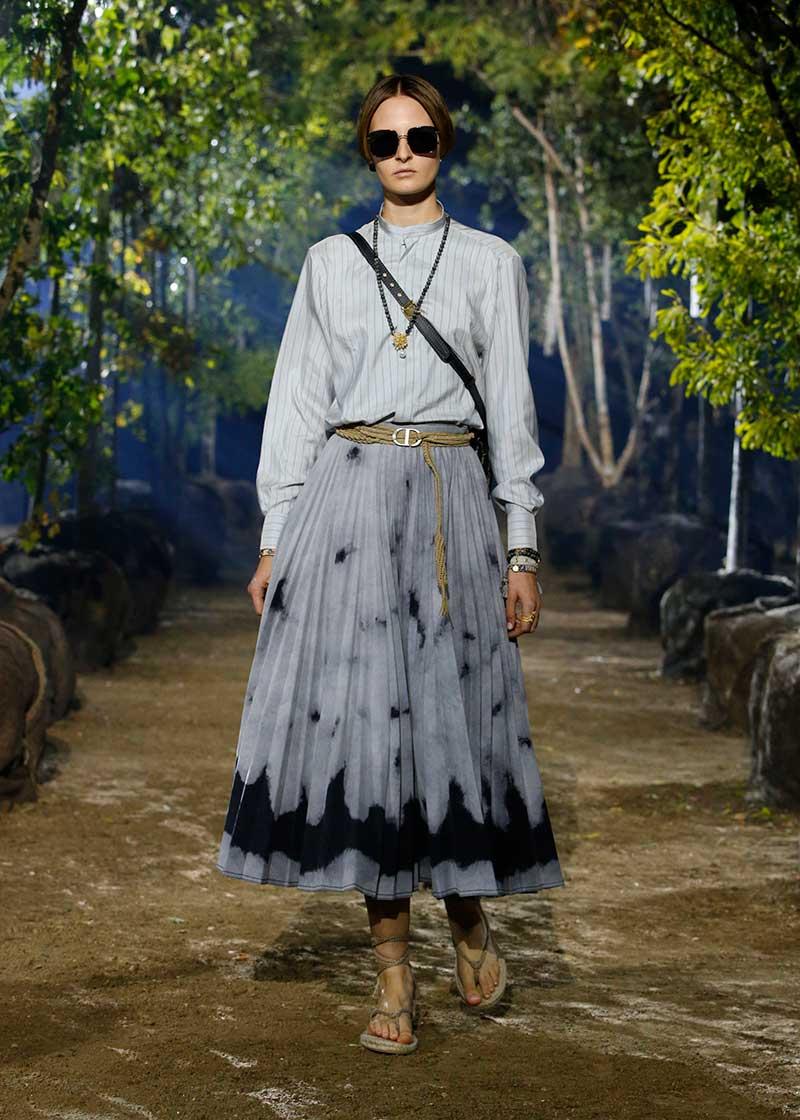 Tendenze moda estate 2020. Un must have: la gonna in denim. Sfilata Dior