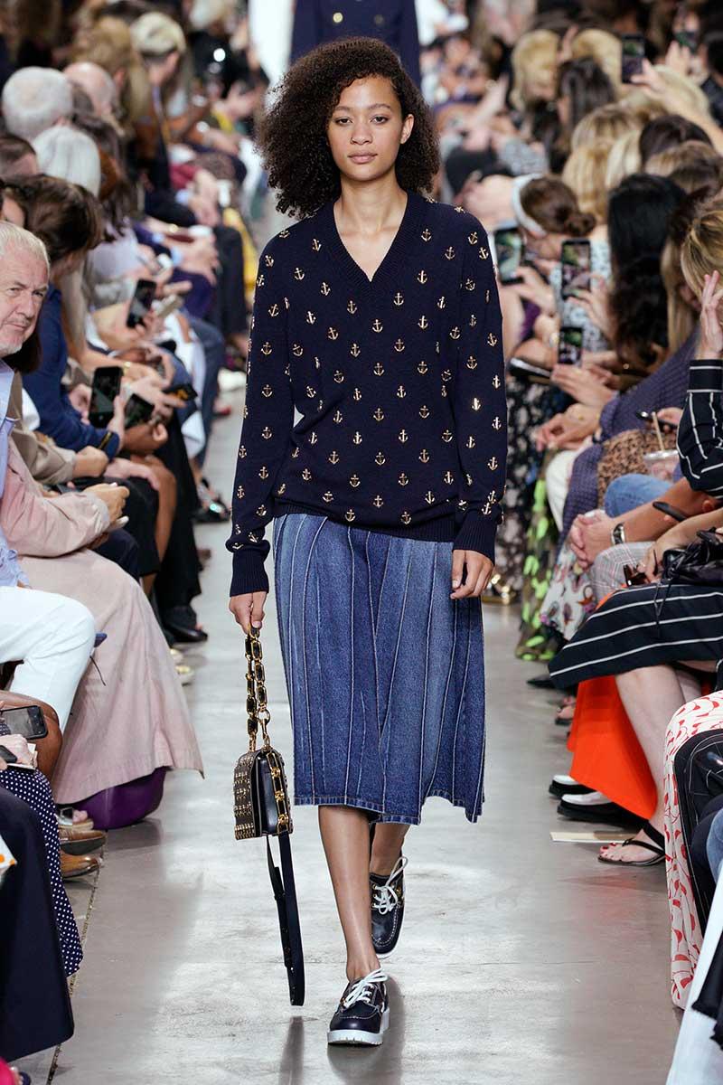 Tendenze moda estate 2020. Un must have: la gonna in denim. Sfilata Michael Kors