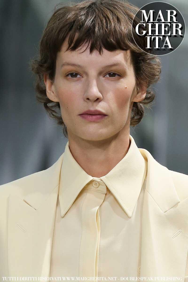 Capelli trendy per l'estate 2020. Le tendenze capelli: una frangia giocosa è trendy! Sfilata Lacoste Foto Mauro Pilotto