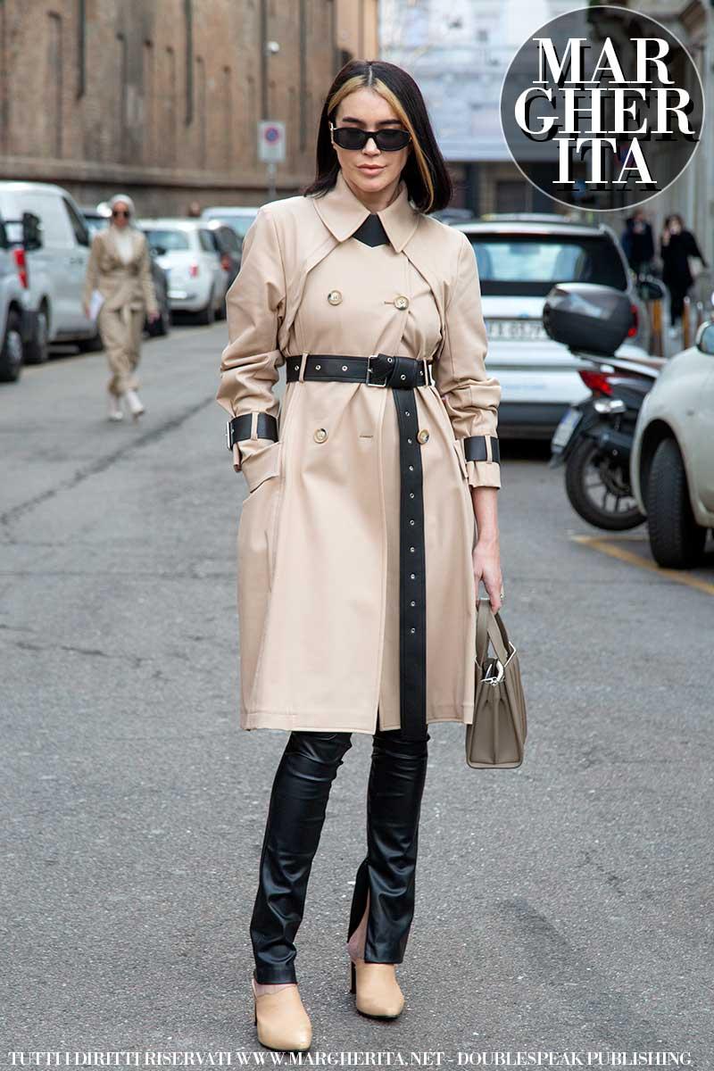 Tendenze moda donna estate 2020. Il trench coat, vecchio ma anche nuovo amore. Ecco come portarlo. Foto Charlotte Mesman