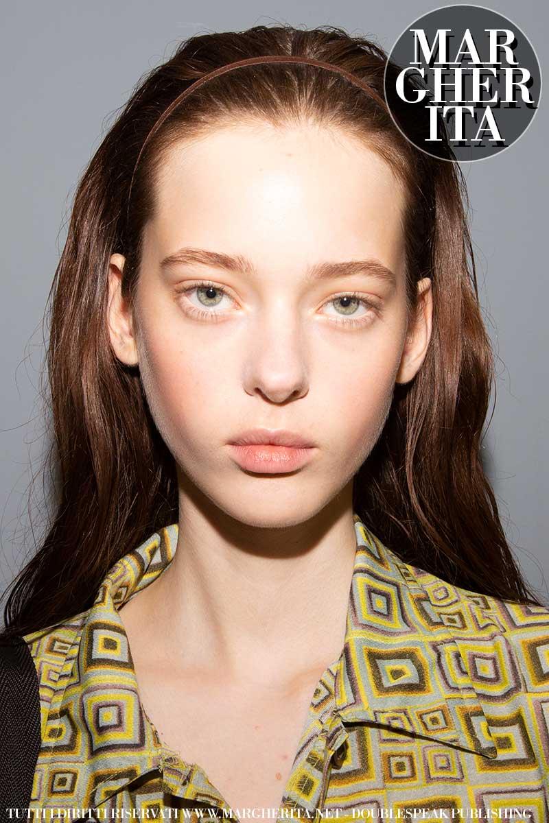 Le tendenze capelli per l'estate 2020. Una banda nei capelli. Una acconciatura estiva con un semplice accessorio - Backstage N21 Foto Charlotte Mesman
