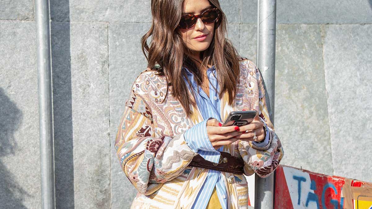 Moda estate 2020. Street style donna. È il momento di indossare le righe blu e bianche - Foto Charlotte Mesman