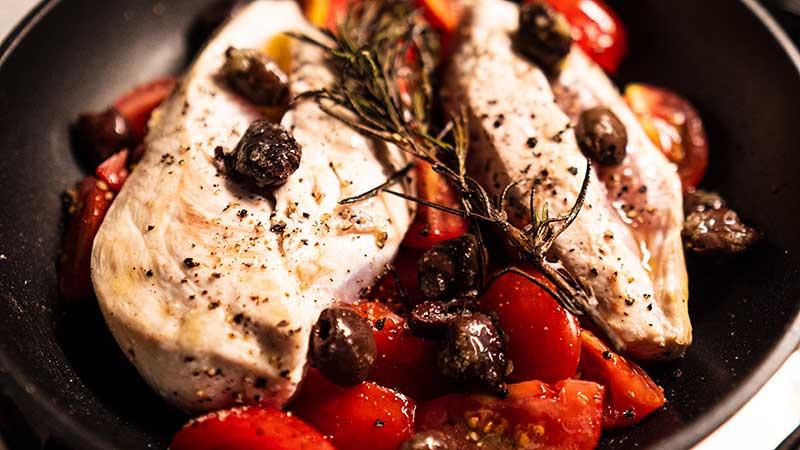 La ricetta del pollo alla mediterranea. Pollo, pomodorini, origano e rosmarino