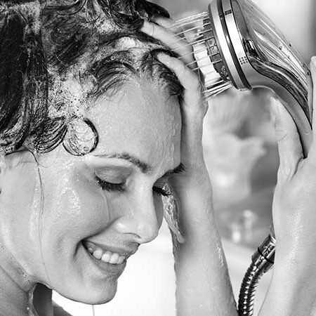 I prodotti per la cura dei capelli: cosa usare, cosa evitare. I consigli della dermatologa