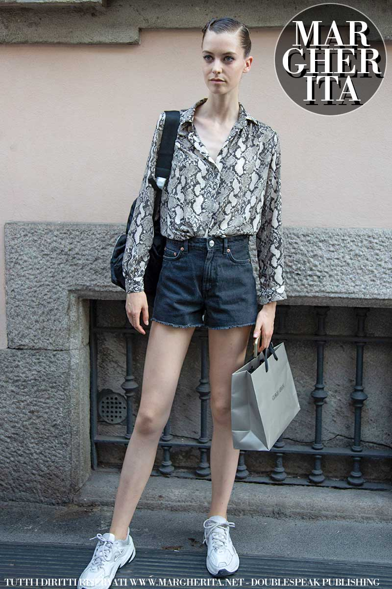 Moda street style 2020. Tendenze jeans. Il denim, slim fit e shorts, per le fashion models - Foto Charlotte Mesman