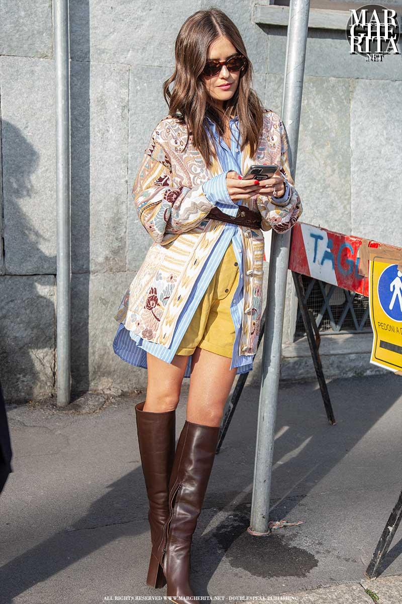 Moda estate 2020. Street style donna. Le righe blu e bianche
