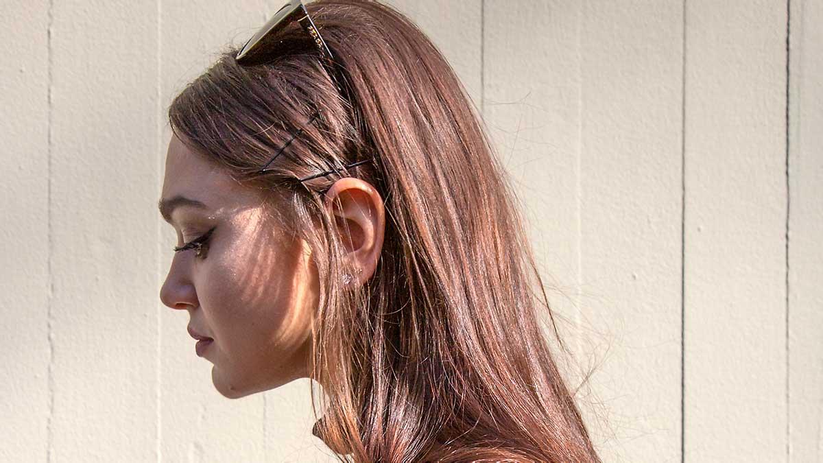 Nuove idee tendenze capelli estate 2020. Ecco un'acconciatura anni '60 per un look moderno e fresco - Foto Charlotte Mesman