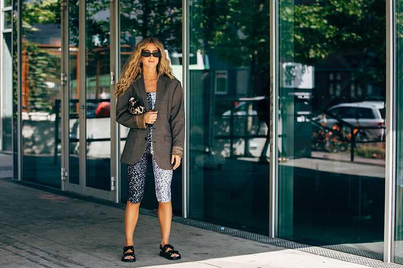 Tendenze street style estate 2020. I sandali (con le calze!) sono cool! Cosa ne pensate? - Foto courtesy Copenhagen Fashion Week