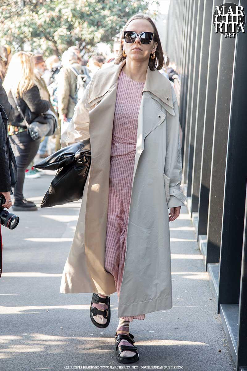 Tendenze street style estate 2020. I sandali (con le calze!) sono cool! Cosa ne pensate? - Foto Charlotte Mesman