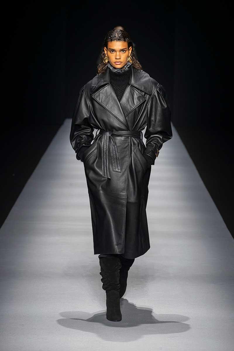 La moda autunno inverno 2020 2021. I trench coat reinterpretati: classici ma diversi - Sfilata Alberta Ferretti