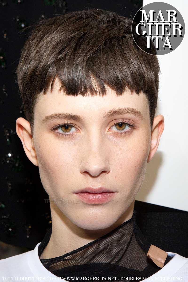 Tendenze capelli autunno inverno 2020 2021. Le nuove frange. Sfilata: N21. Foto: Charlotte Mesman