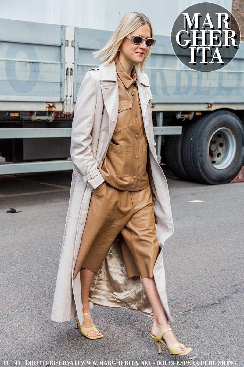 Moda street style autunno 2020. È il momento del trench coat. Tendenze moda donna autunno inverno 2020 2021 - Foto Charlotte Mesman