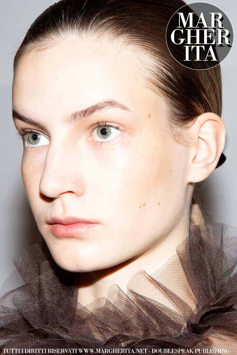 Tendenze trucco e capelli donna autunno inverno 2020 2021. Stile ragazzaccio