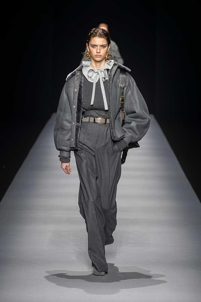 Le nuove tendenze moda donna autunno inverno 2020 2021. Pantaloni oversize a vita alta: tre regole di stile - Sfilata Alberta Ferretti