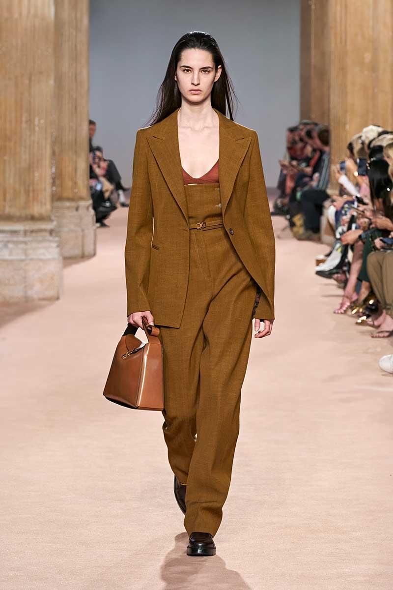 Le nuove tendenze moda donna autunno inverno 2020 2021. Pantaloni oversize a vita alta: tre regole di stile - Sfilata Salvatore Ferragamo