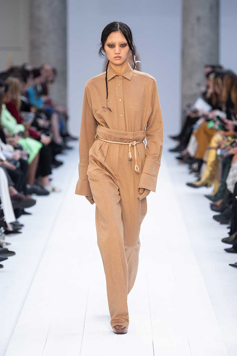 Le nuove tendenze moda donna autunno inverno 2020 2021. Pantaloni oversize a vita alta: tre regole di stile - Sfilata Max Mara