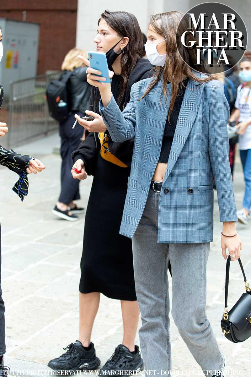 Tendenze moda donna autunno inverno 2020 2021. Lo street style e il blazer per il tempo libero. Copiamo le modelle! - Foto Charlotte Mesman