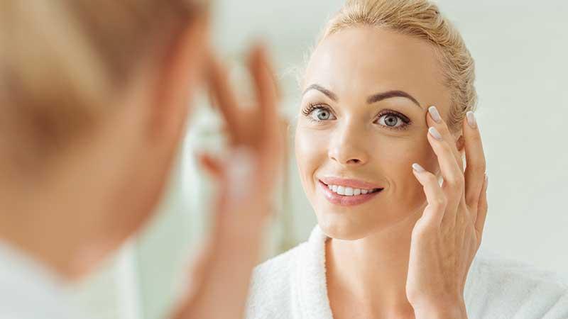 Le 10 regole anti aging che ogni donna dovrebbe conoscere a memoria (per mantenere la pelle giovane, elastica, fresca)
