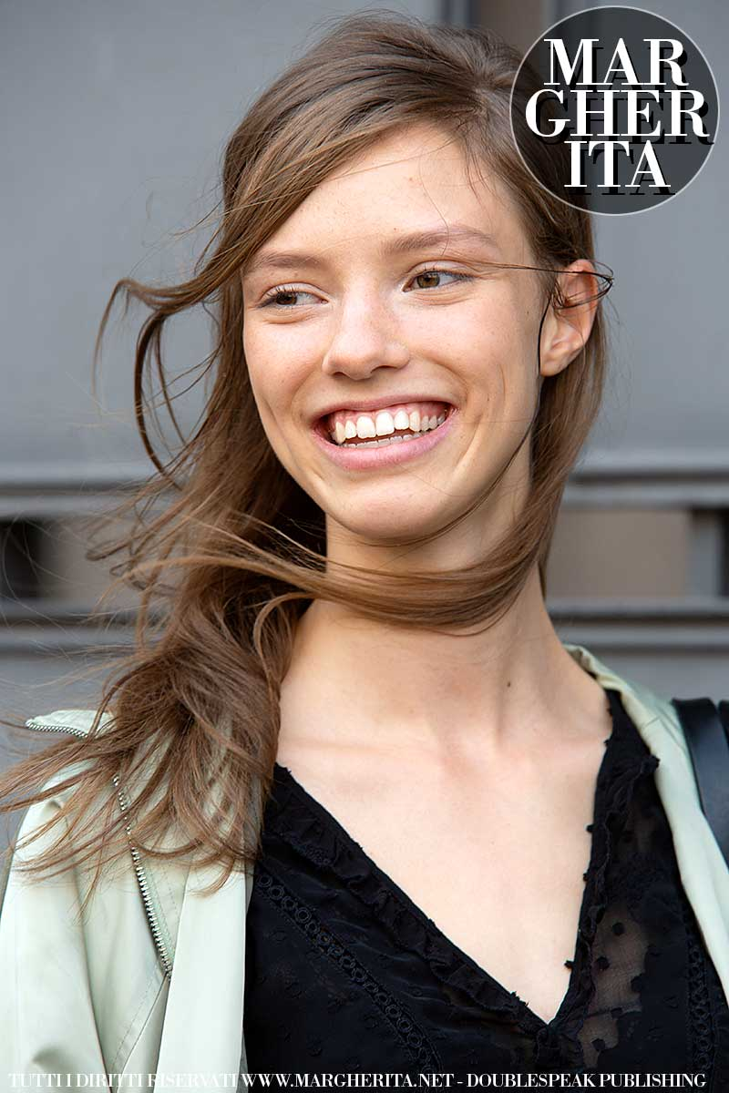 Tendenze capelli autunno inverno 2020 2021. Aggiornate la vostra acconciatura con una riga laterale. Facile e di grande impatto. Foto Charlotte Mesman