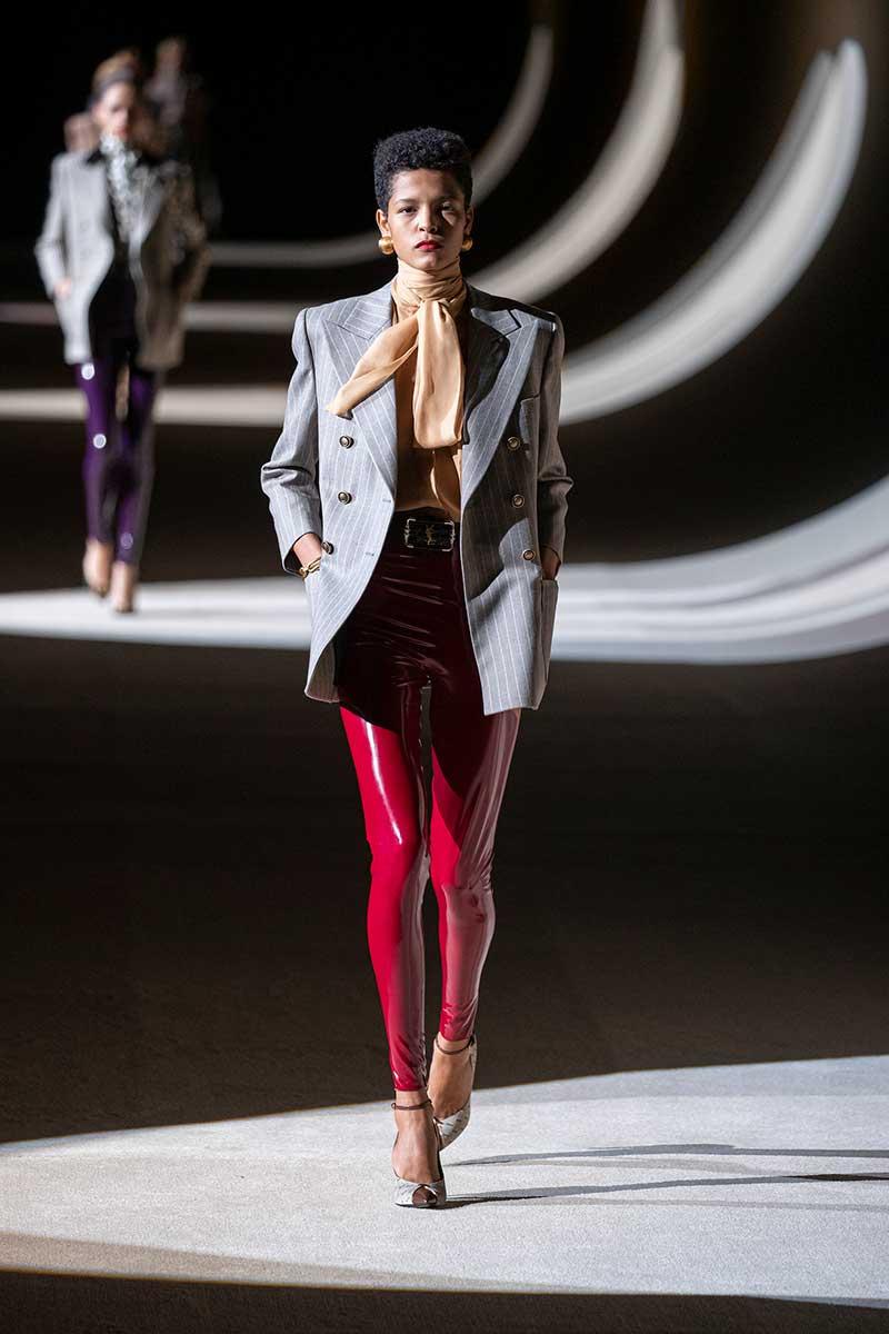 Moda. Come portare il rosso. Dieci consigli di stile, moda e tendenze inverno 2020 2021. Foto: Saint Laurent