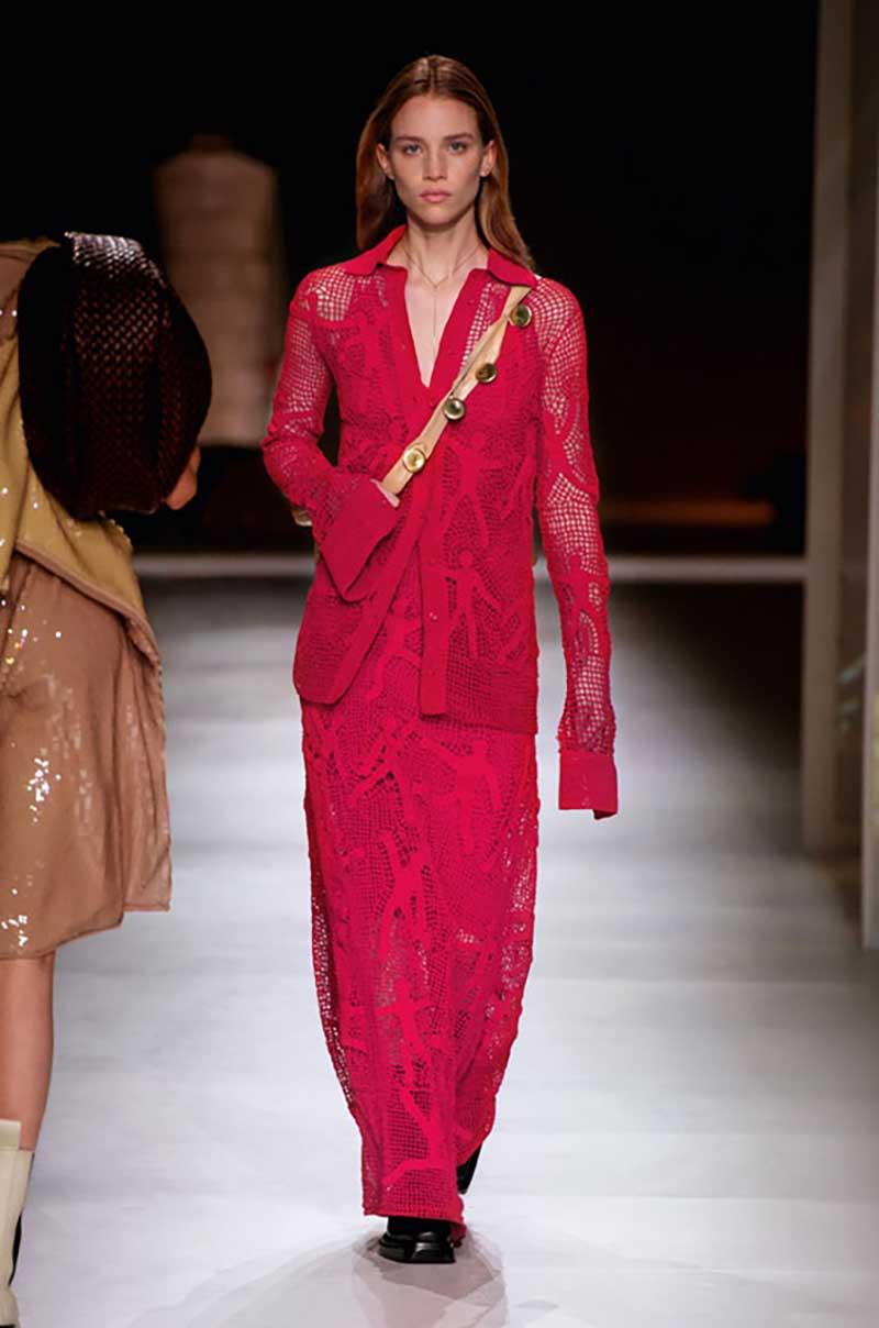 Moda. Come portare il rosso. Dieci consigli di stile, moda e tendenze inverno 2020 2021. Foto: Bottega Veneta