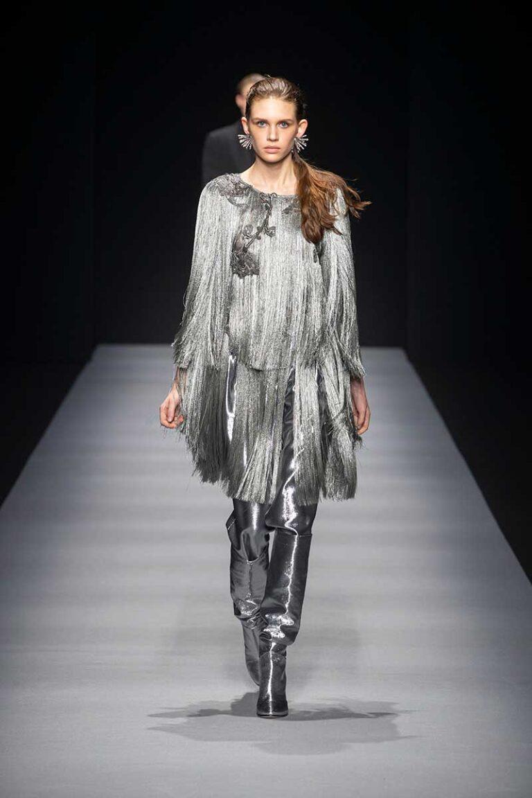 Idee e tendenze moda inverno 2020 2021. Feste in argento? Cosa ne pensate? Ecco i consigli di stile - Sfilata Alberta Ferretti