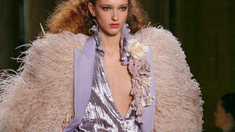Idee e tendenze moda inverno 2020 2021. Feste in argento? Cosa ne pensate? Ecco i consigli di stile - Sfilata Lorenzo Serafini Foto Mauro Pilotto