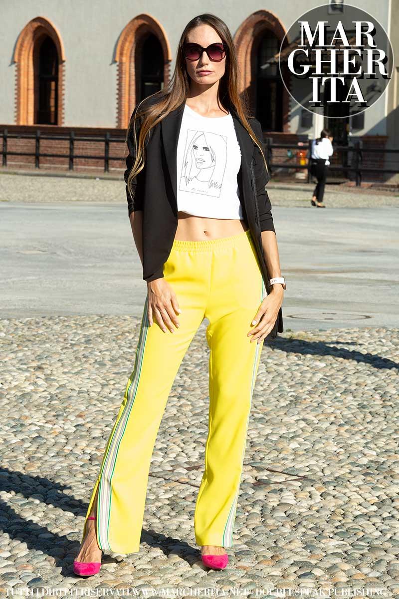 Tendenze moda street style donna 2021. I tacchi sotto i pantaloni della tuta