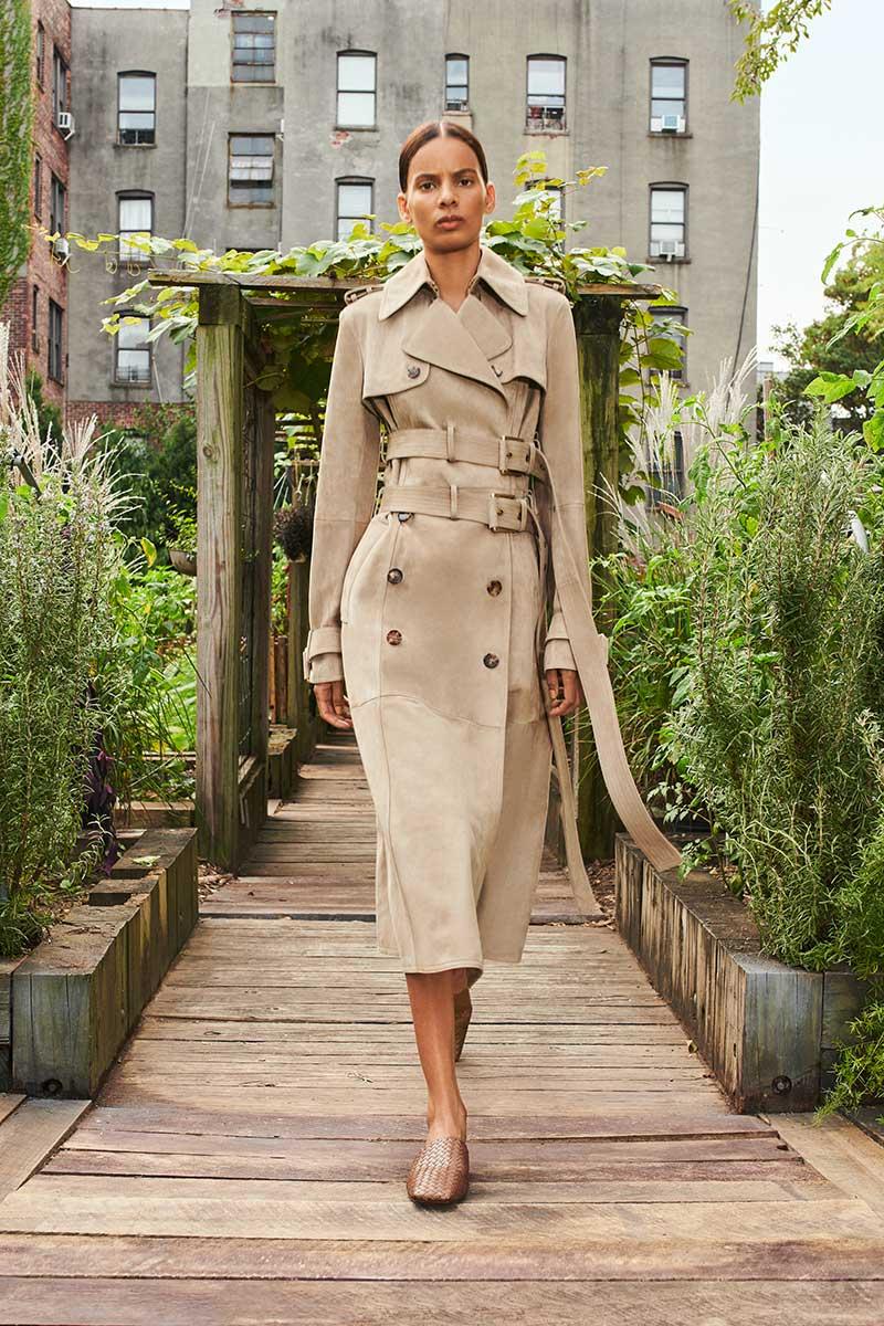 Tendenze moda donna primavera estate 2021. I nuovi trench coat Photo: courtesy of Michael Kors