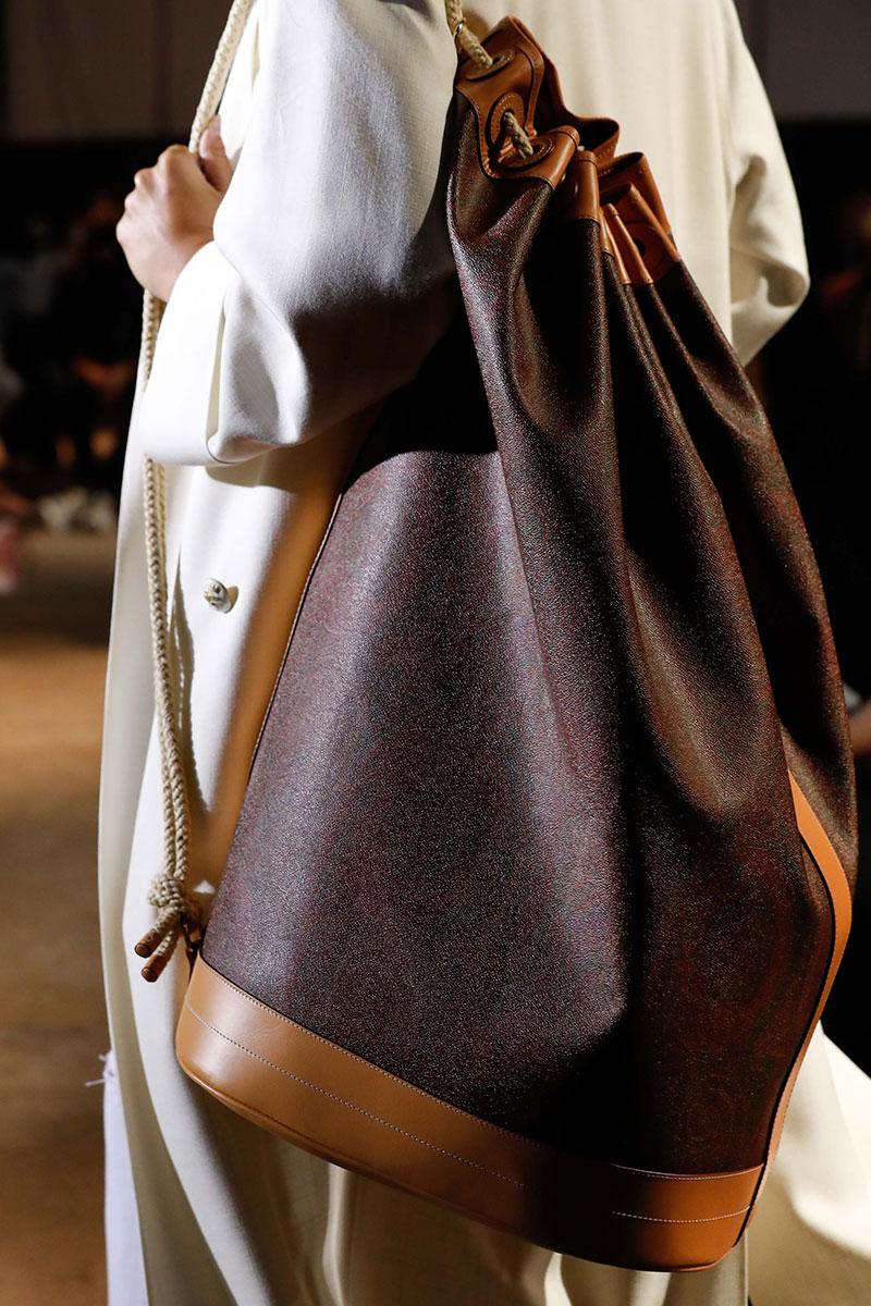 Accessori moda donna 2021. le borze per la primavera estate 2021 sono in formato mega - Foto Etro