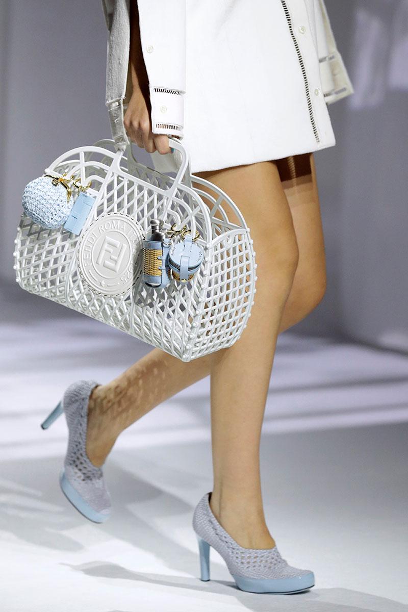 Accessori moda donna 2021. le borze per la primavera estate 2021 sono in formato mega - Foto Fendi
