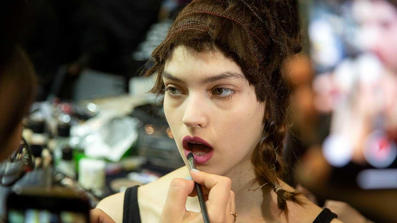 Le tendenze trucco per l'estate 2021. 7 consigli per un trucco giovane, trendy, antiaging - Backstage Antonio Marras Foto Charlotte Mesman