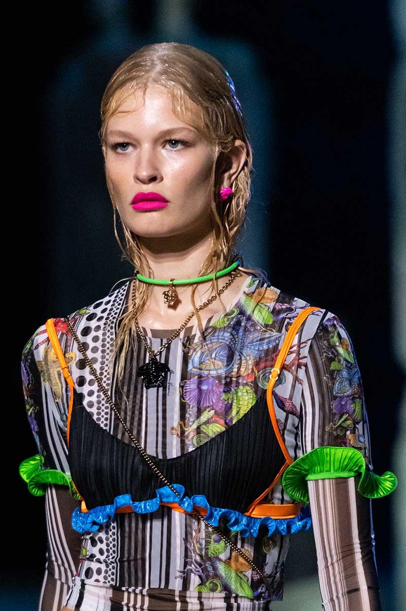 Tendenze capelli primavera estate 2021. Acconciature wet look. Photo: courtesy of Versace