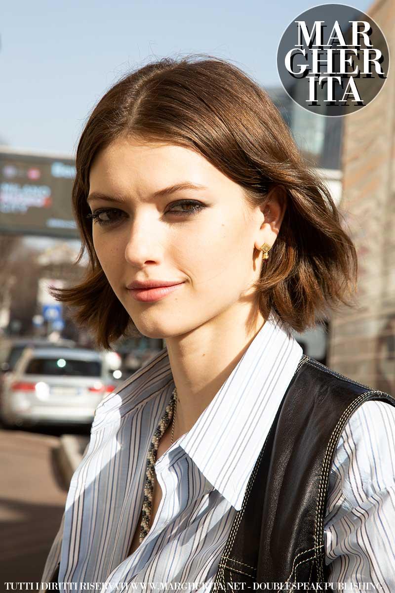 Tendenze capelli primavera estate 2021. Una acconciatura medio lunga che sta benissimo a (quasi) tutte! - Foto ADVERSUS