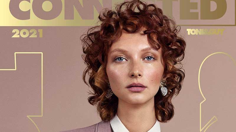 Tendenze capelli primavera estate 2021. I tagli di capelli ricci per la donna. Photo: Toni&Guy, Connected collection 2021 (Utilitarian)