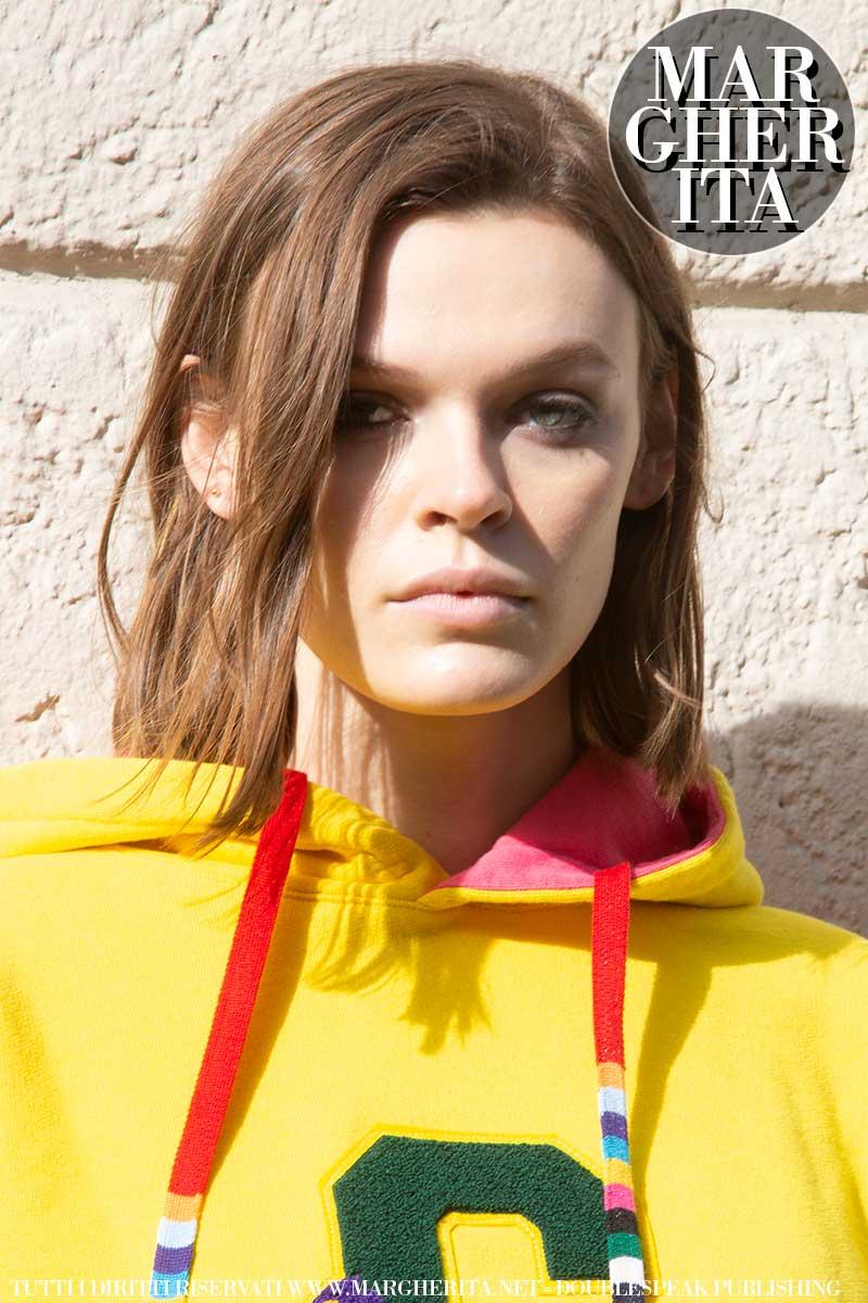 Tendenze capelli primavera estate 2021. I tagli di capelli medio lunghi per la donna. Topmodel Cara Taylor. Photo: Charlotte Mesman