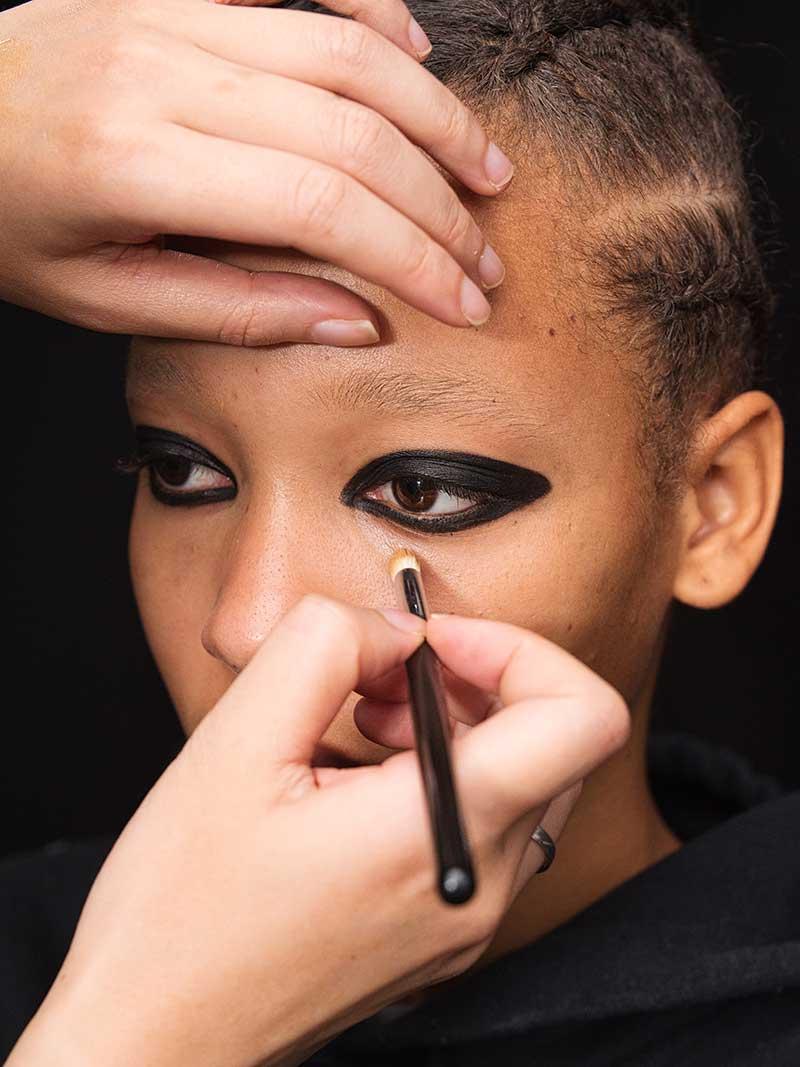 Le tendenze trucco PE 2021 secondo MAC Cosmetics. Sfilata: Giambattista Valli – BTS Images Photography by Isamaya Ffrench