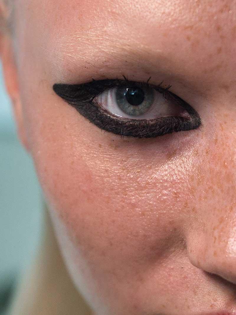 Tendenze trucco PE 2021 secondo MAC Cosmetics. Sfilata: Giambattista Valli – BTS Images Photography by Isamaya Ffrench