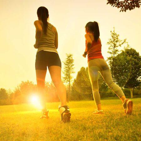 Correre in palestra e all'aria aperta. Come ci si allena, e come curare l'alimentazione