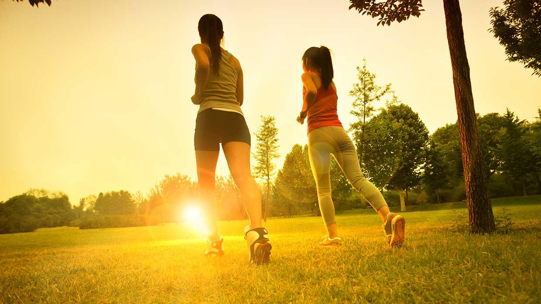 Correre in palestra e all'aria aperta. Come ci si allena, e come si deve mangiare