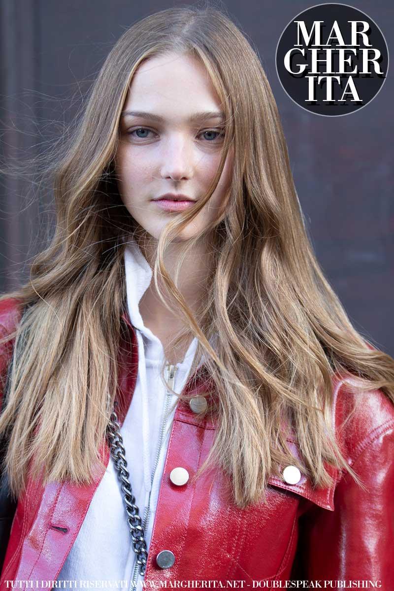 Consigli per snellire il viso scegliendo l'acconciatura giusta. Tendenze capelli donna - Foto Charlotte Mesman
