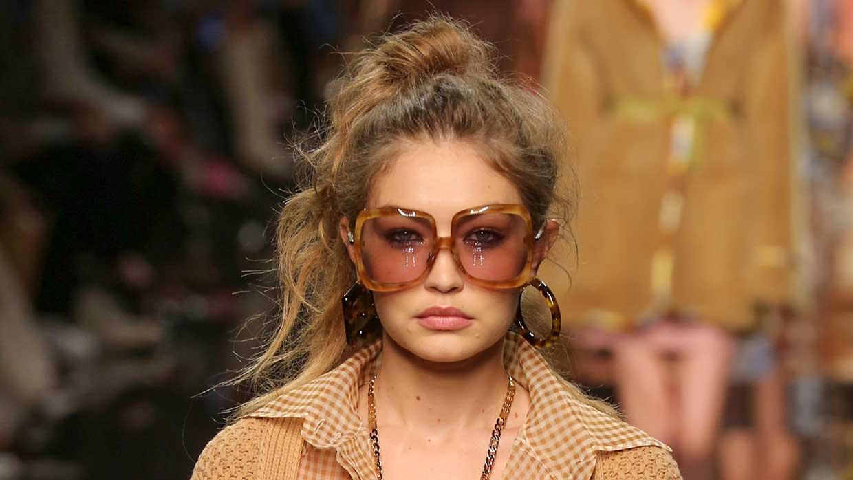 Consigli per snellire il viso scegliendo l'acconciatura giusta. Tendenze capelli donna - Sfilata Fendi Foto Mauro Pilotto