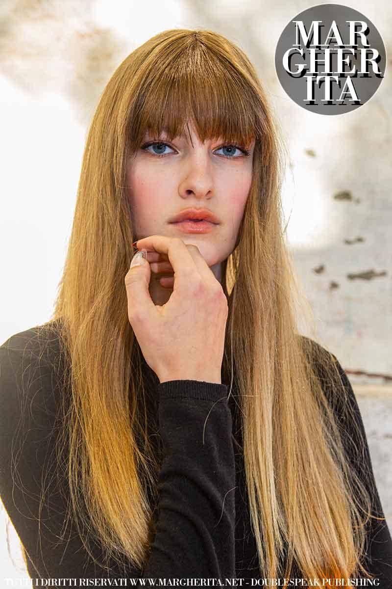 Tendenze tagli di capelli donna inverno 2021 2022. Iniziamo la nuova stagione con un look capelli anni '70. Foto: Charlotte Mesman