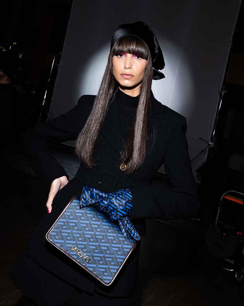 Tendenze tagli di capelli donna inverno 2021 2022. Iniziamo la nuova stagione con un look capelli anni '70. Photo: courtesy of Versace