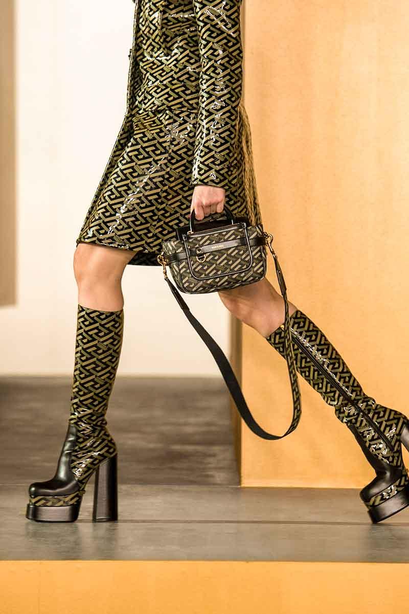 Moda accessori autunno inverno 2021 2021. Le più belle tendenze stivali - Photo Courtesy of Versace