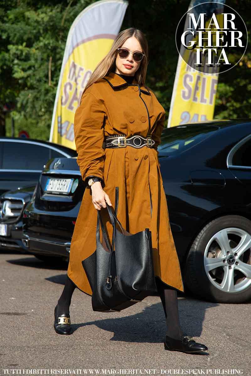 Foto street style dalla Milano Fashion Week Estate 2022. Xenia Tchoumi da Tod's. Foto: Charlotte Mesman